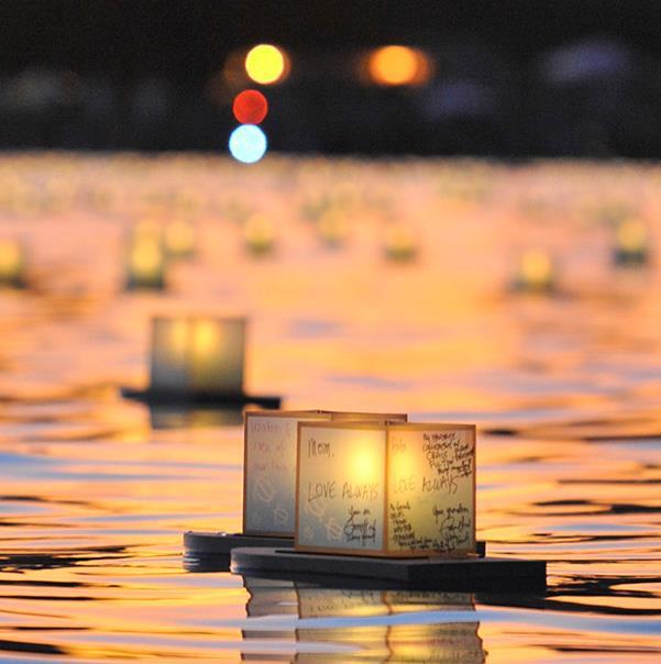 Cérémonie de mise à flot des lanternes à Hawaii